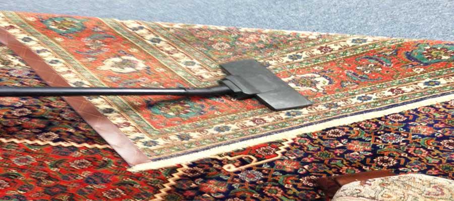 غبارروبی پشت و روی فرش دستباف-سایت هنری فندق